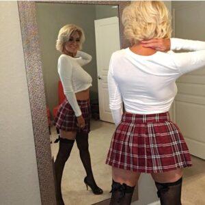 zategnuta sexy baka u izazovnoj suknjici