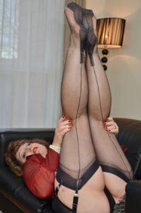 napaljena teta širi noge u najlonkama