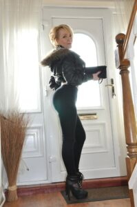 seksi milfara čeka da joj neko priđe